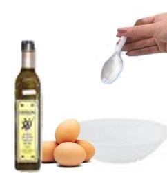 Lo primero es colocar en un recipiente una yema de huevo y añadirle poco a poco y removiendo una cucharada de aceite de oliva.